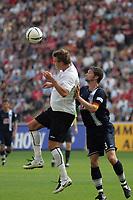 Kopfball von Alex Meier (Eintracht Frankfurt) gegen Arne Friedrich (Hertha BSC Berlin)
