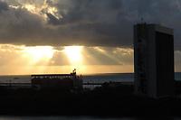 Recife (PE), 01/05/2021 - Clima-Recife - Nascer do Sol neste sábado (1), vista do rio Capibaribe e centro de Recife.
