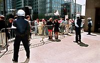 Photo d'archive de la police de Montreal -<br /> perimetre lors d'une manifestation.<br /> a l'exterieur de l'hotel Sheraton durant la Conference de Montreal 2000<br /> <br /> PHOTO :  AGENCE QUEBEC PRESSE<br /> <br /> NOTE :  numerisation a refaire avec equipement moderne pour obtenir une meilleure qualite.