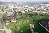 In vielen Ortschaften sind aus der Luft die Friedhöfe aus der jüngsten Zeit zu erkennen. / In many villages graveyards can be seen from the air.