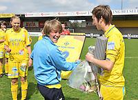 WB Sinaai Girls - Lommel United : huldiging Katrijn Windey met Charlotte Van Wynsberghe.foto Joke Vuylsteke / Vrouwenteam.be