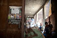 2011 Mokattam Garbage City (alla periferia del Cairo) il quartiere copto dove si vive in mezzo alla spazzatura raccolta: bambini in mezzo ai sacchi di immondizia. Suburbs of Cairo, the Coptic quarter where people live in the midst of garbage collection: Children in the midst of garbage bags.