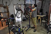 - Milano, mercato comunale di piazza Ferrara, quartiere Corvetto, ciclofficina<br /> <br /> - Milan, municipal market of Ferrara square, Corvetto district,  cycle workshop