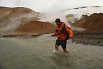 Les passages a gue sont nombreux et eprouvants. L eau coule entre 5 et 10 degres C. C est tres froid surtout sans chaussure! Ballade dans les montagnes des sorcieres. Kerlingarfjoll.