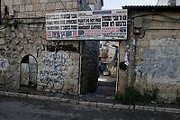 Un cartel en el barrio ultraortodoxo Mea Shearim exhorta a mujeres y niñas no pasar por el barrio con vestimenta inmodesta y pide no perturbar la santidad del barrio y el estilo de vida judío de la comunidad. Foto Quique Kierszenbaum