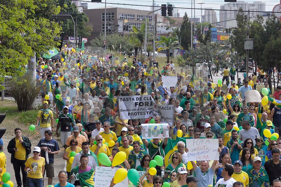 GUARULHOS SP, 16.08.2015 - PROTESTO CONTRA A DILMA GUARULHOS - Manifestantes protestam contra o governo da presidente Dilma Rousseff na região central de Guarulhos na manhã deste domingo (16).(Foto: Renato Gizzi / Brazil Photo Press)