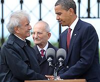 Besuch des Präsidenten der vereinigten Staaten von Amerika (USA) Barack Obama vom 4. bis 5. Juni 2009 in der Bundesrepublik Deutschland - Visite in der Mahn- und Gedenkstätte Buchenwald auf dem Ettersberg bei Weimar (Freitag der 5.6.2009) - im Bild:  US-Präsident Barack Obama (r.) schüttelt Elie Wiesel (Buchenwald Überlebender) nach seinen Worten die Hände - dahinter Bertrand Herz (Überlebender). Porträt Foto: Norman Rembarz..