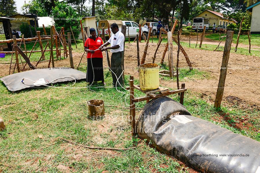 KENYA, County Kakamega, Bukura, ATDC Agricultural Technology Development Center, mobile biogas plant from REHAU company / KENIA, mobile REHAU Biogasanlage, GIZ Mitarbeiterin Flora Ajwera