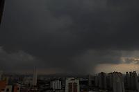 FOTO EMBARGADA PARA VEICULOS INTERNACIONAIS. SAO PAULO, SP, 28/10/2012, NUVENS CARREGADAS. São Paulo tem mais um final de tarde com chuvas, o céu escureceu na regão leste de São Paulo. Luiz Guarnieri/ Brazil Photo Press