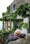 Luciano De Crescenzo fotografato nella sua casa sulla costiera amalfitana alla fine degli anni '90.; Luciano De Crescenzo photographed in his house on the Amalfi coast in the late 90s.