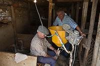 Europe/France/Midi-Pyrénées/46/Lot/Lacave: Jean Chassaing  gave  ses oies à la Ferme du Berthou sous l'oeil attentif de Daniel Chambon chef du restaurant: Le Pont de l'Ouysse   Auto N°: 2008-210