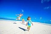 Famille courant sur la plage, îlot Nokanhoui, Ile des Pins, Nouvelle-Calédonie