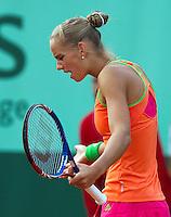 28-05-11, Tennis, France, Paris, Roland Garros , Aranxta Rus uit haar frustratie in haar partij tegen Kirilenko