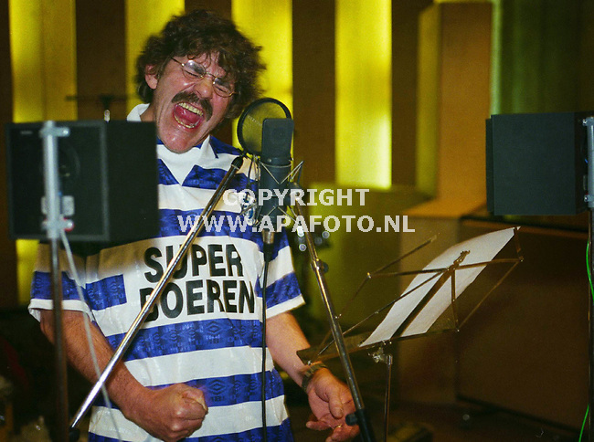 Zelhem, Foto:Koos Groenewold <br /> Bennie Jolink zingt vol overgave een nummer in van zijn nieuwe CD `Howlin at the moon`