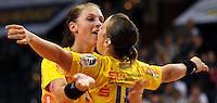 Handball, Frauen, 1. Bundesliga. HC Leipzig gg Bayer Leverkusen. im Bild:  Luisa Schulze im Jubeltaumel mit Ania Roesler (offene Arme). Foto: Alexander Bley