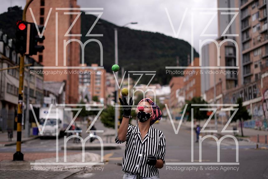 BOGOTA - COLOMBIA, 04-06-2020: Reactivación del comercio con protocolos de bioseguridad en Bogota, durante el día 72 de la cuarentena total obligatoria en el territorio colombiano causada por la pandemia  del Coronavirus, COVID-19. / Reactivation of trade with biosafety protocols in the center of the city of Cali during the day 72 of mandatory total quarantine in Colombian territory caused by the Coronavirus pandemic, COVID-19. Photo: VizzorImage / Diego Cuevas / Cont.