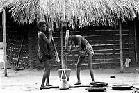 Mozambico, Africa, ragazzi con mortaio