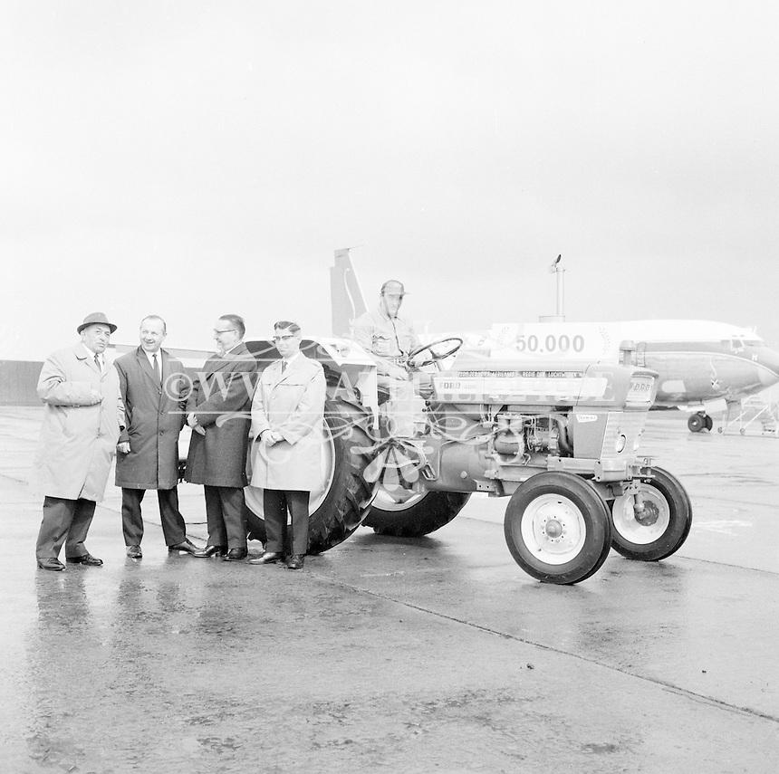 April 1967. Ford-traktor van de Regie der Luchtwegen voor een Sabena vliegtuig.