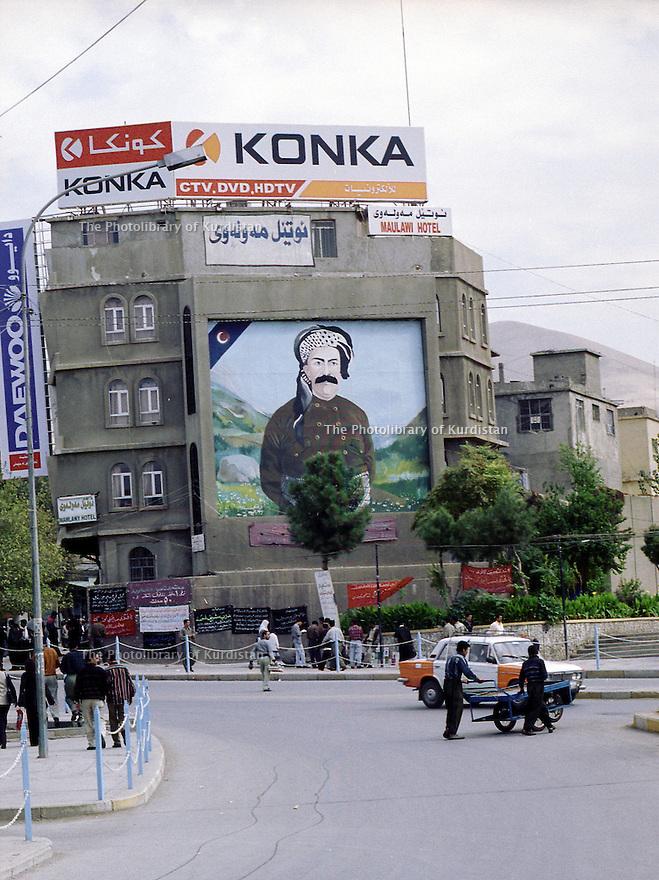 Irak 2000  Tous les portraits de Saddam Hussein ont été éffacés du Kurdistan irakien. Ils sont remplacés par ceux des héros kurdes comme sheikh Mahmoud, ici, au centre de la vieille ville de Suleimania  Iraq 2000  Suleimania:Sheikh Mahmud 's portrait in the old souk's district