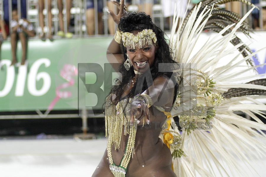 SANTOS, SP, 31.01.2016 - CARNAVAL-SANTOS - Integrantes da escola de samba Amazonense, durante desfile do Carnaval de Santos 2016 na Passarela do Samba Dráusio da Cruz, na zona noroeste em Santos/SP, na madrugada deste domingo, 31. (Foto: Flavio Hopp / Brazil Photo Press)