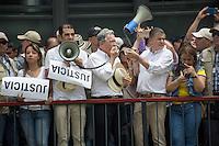 MEDELLÍN - COLOMBIA, 07-08-2015. Un grupo de simpatizantes del senador colombiano Alvaro Uribe marcharon con él hoy, 8 agosto de 2015, por las calles de Medellín para protestar por los diálogos de paz entre el Gobierno de Colombia y el grupo guerrilero de izquierda FARC que se llevan a cabo en La Habana, Cuba./ A group of supporters of the colombian senator Alvaro Uribe marched with him today, 7 August of 2015, through the streets of Medellin to protest against the peace talks between Colombian Government and leftist guerrillas of FARC that taqke place in La Havana, Cuba.  Photo: VizzorImage/ León Monsalve /STR