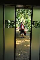 Europas größte Tropenhalle zeigt einen authentischen Ausschnitt vom Masoala Regenwald auf Madagaskar - bald wird es in Leipzig eine größere Halle geben, doch das Züricher Konzept kommt ohne Unterhaltungsbeigaben für die Gäste aus - im Bild:  dichter Dschungel ohne präsentation von Tieren. Foto: aif / Norman Rembarz..Jegliche kommerzielle wie redaktionelle Nutzung ist honorar- und mehrwertsteuerpflichtig! Persönlichkeitsrechte sind zu wahren. Es wird keine Haftung übernommen bei Verletzung von Rechten Dritter. Autoren-Nennung gem. §13 UrhGes. wird verlangt. Weitergabe an Dritte nur nach  vorheriger Absprache. Online-Nutzung ist separat kostenpflichtig..