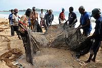SRI LANKA Trincomalee , fisherman bring the nets to the shore / SRI LANKA Trincomalee, Fischer holen am Strand die Netze ein