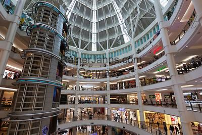 Malaysia, Kuala Lumpur: Suria KLCC shopping mall next to the Petronas Towers   Malaysia, Kuala Lumpur: Suria KLCC shopping mall neben den Petronas Towers