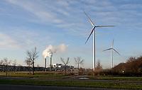 Nederland Amsterdam - 2020. Windmoilens in Westpoort. Op de achtergrond de AEB.  Het Afval Energie Bedrijf ( AEB ). Het Afval Energie Bedrijf (AEB) is een afvalverwerkingsbedrijf in Amsterdam. Het bedrijf verwerkt afval uit Amsterdam en uit de regio, en heeft de beschikking over afvalverbrandingsinstallaties in het Westelijk Havengebied. Deze installaties gebruiken de bij de verbranding vrijkomende warmte voor het opwekken van energie. Foto ANP / HH / Berlinda van Dam