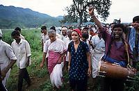 INDIA Madhya Pradesh, writer Arundhati Roy and Medha Patkar at protest rally of Adivasis and NGO Narmada Bachao Andolan in adivasi village Domkhedi at the reservoir of Sardar Sarovar dam of Narmada river - Indien Madhya Pradesh, Schriftstellerin Arundhati Roy und Medha Patkar auf einer Protestveranstaltung von Adivasi und der Bewegung zur Rettung der Narmada NBA im Adivasi Dorf Domkhedi, das am Stausee des Sardar Sarovar Damm liegt und von Ueberschwemmung bedroht ist