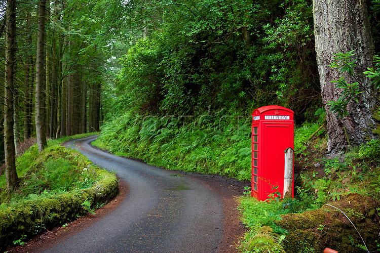 Schottland, Argyll & Bute Council, Isle of Mull, Eilean Muile, Carsaig, rote Telefonzelle, Landschaft, Natur, Wald, Waelder, Farbe, Europa, Grossbritannien, 2009; QF; <br /> WerbungPR <br /> <br /> (Bildtechnik: sRGB, <br /> 72.00 MByte vorhanden)<br /> <br /> <br /> Engl.: Europe, Great Britain, Scotland, Argyll and Bute Council, Isle of Mull, Eilean Muile, Carsaig, phone, box, red, landscape, nature, forest, 2009
