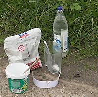 Kinder gießen Tierspur aus Gips, Notwendige Utensilien: Waser, Gips, Karton, Messbecher, alter Becher, Löffel zum Umrühren, Spru vom Reh auf schlammigem Boden