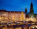 Deutschland, Freistaat Sachsen, Dresden: Strietzelmarkt (Weihnachtsmarkt) vor Kreuzkirche und Rathausturm   Germany, Saxony, Dresden: Stietzelmarkt (Christmas Fair) in front of Kreuz Church and the Townhall Tower