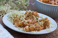 Holunderküchle, Holunder-Küchle, Holunderkuchle, Holunder-Kuchle, Hollerküchle, Holderküchle, Hollerkuchle, Holderkuchle, Kuchle, Küchle, ausgebackene Holunderblütendolden, Holunderküchle, Hollerküchel, Holunderpfannekuchen oder Hollerschöberl, Blüten vom Holunder werden in Pfannkuchenteig getaucht und anschließend in heißem Fett frittiert, Schwarzer Holunder, Fliederbeere, Sambucus nigra, Common Elder, Elder, Elderberry, Sureau commun, Sureau noir, Blüten, Holunderblüten