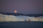 arrivée à Ilulissat sous le soleil de minuit et la pleine lune. Baie de Disko