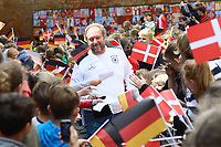 DFB-Pressesprecher Thomas Hackbarth inmitten der wartenden Kinder - 07.06.2017: Deutsche Nationalmannschaft besucht St. Petri Schule in Kopenhagen