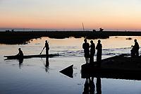 ZAMBIA Barotseland Mongu, Mulamba harbour at river Zambezi flood plain, people fishing at dawn / SAMBIA Barotseland , Stadt Mongu , Hafen Mulamba in der Flutebene des Zambezi Fluss, Menschen angeln in der Abenddaemmerung