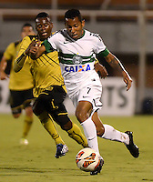 ENVIGADO - COLOMBIA-24-10-2013: Luis Quiñones (Izq.) jugador del Itagüi Ditaires de Colombia, disputa el balón con Vitor Junior (Der.) jugador de Coritiba del Brasil durante partido en el estadio Polideportivo Sur de la ciudad de Envigado, octubre 24 de 2013. Itagüi Ditaires y Curitiba durante partido de vuelta por los octavos de final de la Copa Total Suramericana 2013. (Foto: VizzorImage / Luis Rios / Str).  Luis Quiñones (L) player of Itagüi Ditaires from Colombia vies for the ball with Vitor Junior (R) player of Coritiba del Brasil during a match at the Polideportivo Sur Stadium in Envigado city, October 24, 2013. Itagüi Ditaires and Curitiba during a return match for the eighth finals round of the Total Suramericana Cup 2013. (Photo: VizzorImage / Luis Rios / Str).