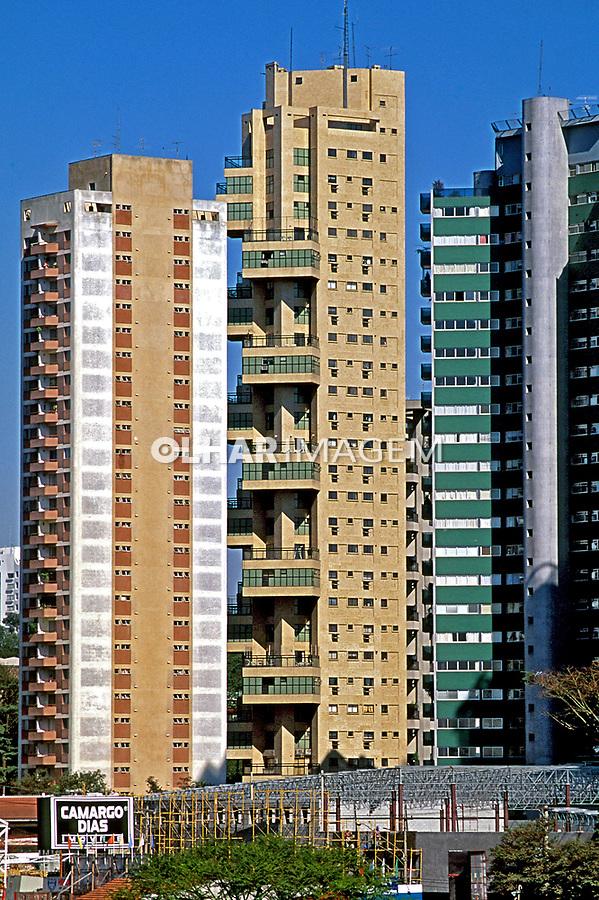 Ediíicios residenciais no bairro do Morumbi. São Paulo. 1999. Foto de Juca Martins