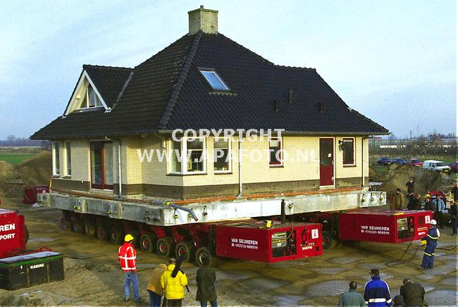 Lent,221299  foto:koos groenewold (APA)<br />Een 300 ton zwaar huis werd vanmorgen verplaatst.Zie ook 1huistransport.jpg