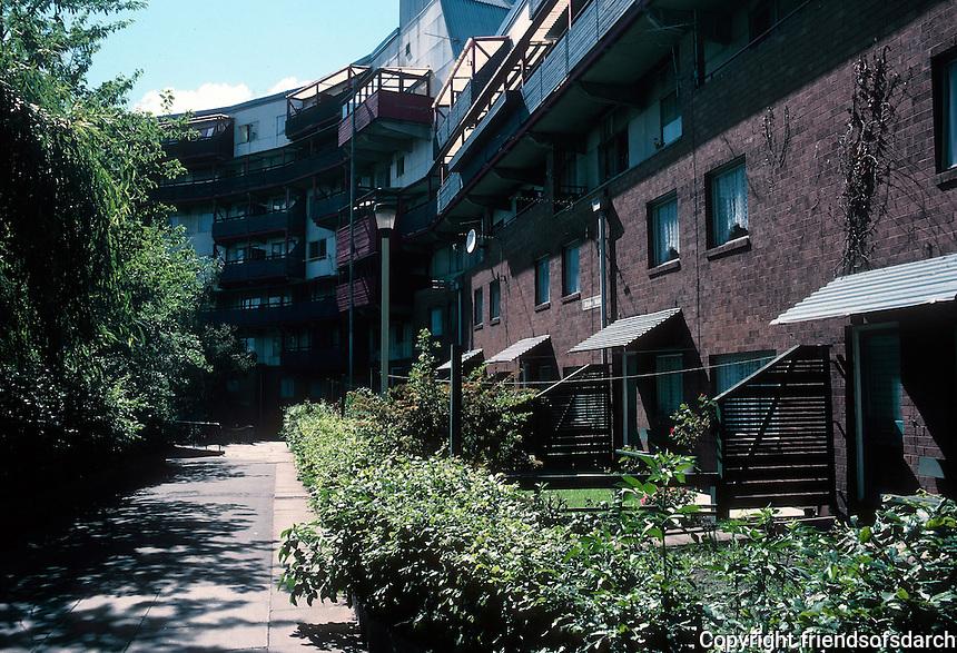 Ralph Erskine: Byker Redevelopment. Newcastle. Small yards, gardens. Photo '90.