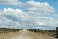 Kustweg door eentonig Pampa landschap