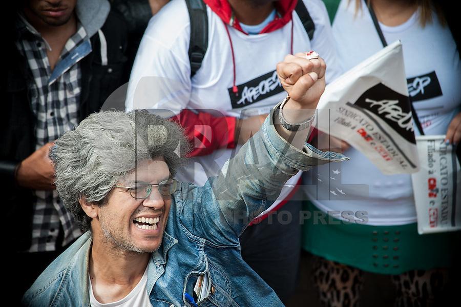 SÃO PAULO, SP, 20.08.2015 – PROTESTO-SP – Professores da rede estadual de ensino durante ato público em frente a Secretaria Estadual da Educação, localizada na Praça da República, região central de São Paulo, SP, nesta quinta-feira, 20. (Foto: Warley Leite / Brazil Photo Press)