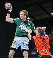 Handball 2. Bundesliga Herren - SC DHfK gegen HC Erlangen am 05.11.2013 in Leipzig (Sachsen). <br /> IM BILD: Matthias Gerlich (DHfK) gegen Sebastian Preiß / Preiss <br /> Foto: Christian Nitsche