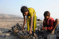 INDIEN Jharia Kinder sammeln Kohle am Rande eines offenen Kohletagebaus der BCCL Ltd zum Verkauf als Koks auf dem Markt | .INDIA Jharkhand Jharia, families and children collect coal from coalfield of BCCL Ltd. to sell after coking on the market for their  livelihood, girl Suman 11 years