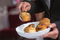 Europe/France/Auvergne/63/Puy de Dome/Clermont-Ferrand:  Restaurant: Apicius, service du pain