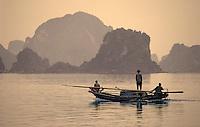 Asie/Vietnam/Baie d'Halong/Ha Long: bateau de pécheur dans la baie
