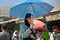 "AFGHANISTAN, 06.2008, Kabul. Nur Frauen aus ""verwestlichten"" Familen duerfen ohne maennliche Begleitung unterwegs sein, und auch das nur in der Hauptstadt. 