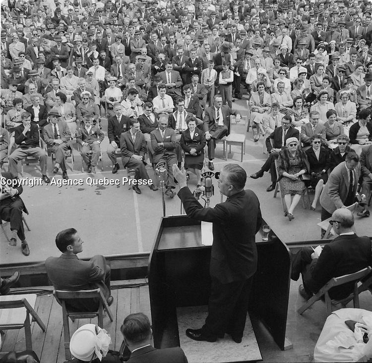 Le chef du PLQ Jean Lesage durant la campagne electorale, le 8 mai 1960<br /> <br /> <br /> PHOTO  : Agence Quebec Presse - Photo Moderne