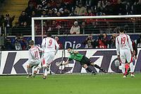 Thomas Hitzlsperger (VfB Stuttgart) beim Elfmeter gegen Oka Nikolov (Eintracht Frankfurt)